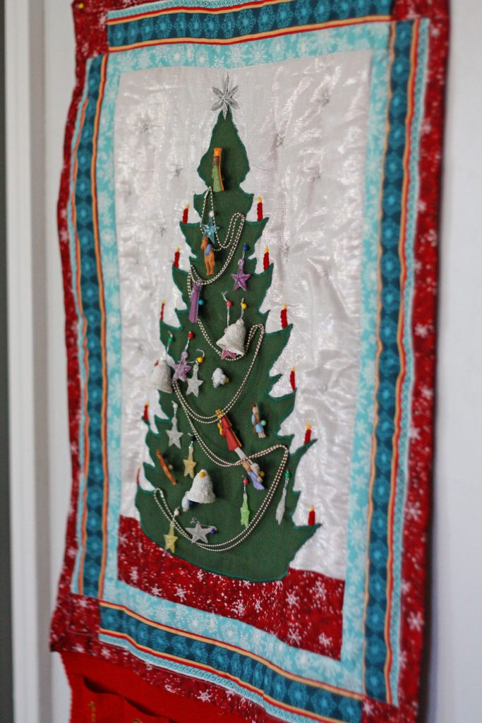 Learn how to make this quilted advent calendar for your family to enjoy during the Christmas season! Plans included! #christmas #advent #quiltedadventcalendar #countdowntochristmas