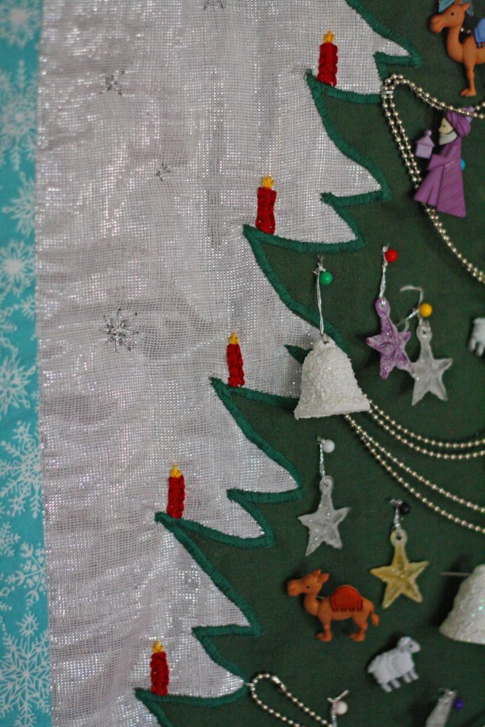 Learn to make a quilted advent calendar for your family to enjoy this Christmas season! #christmas #advent #countdowntochristmas